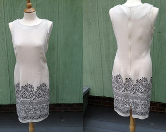1970s Scoop Neck Sleeveless Summer Sheath Dress, Cream color with black floral print on the bottom, nubby texture, Size M
