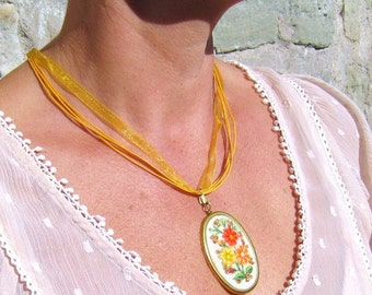 Muhu flowered embroidery pendant necklace