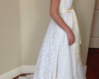 80s Dress//80s Wedding Dress//1980s White Lace Wedding Gown with Pearls Size S M