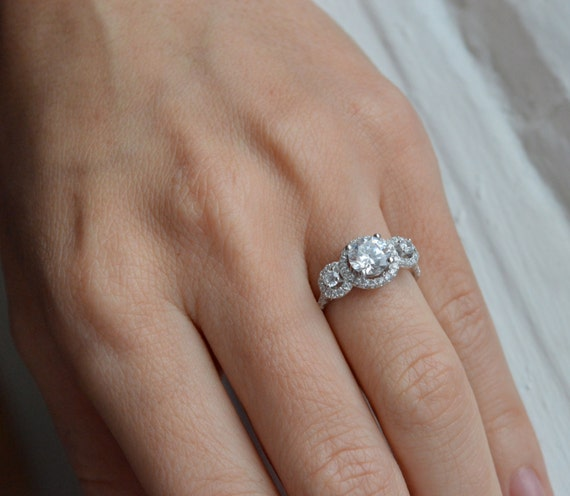 Diamond carat sizes chart on scale