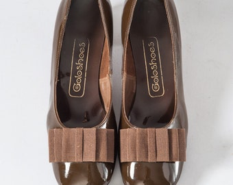 Vintage MOD Chocolate Brown Shoes, 60s Patent Leather Pumps with BOWS & Chunky Heels