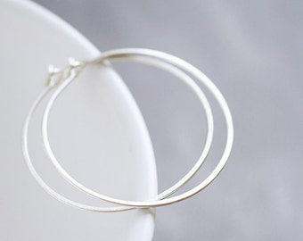 Lisse Hoops M - matte sterling silver hammered hoop earrings