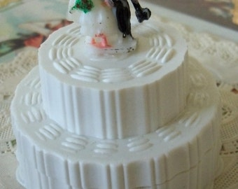 Modern Retro / Wedding Cake Box / Kitschy / Miniature Bridal Couple