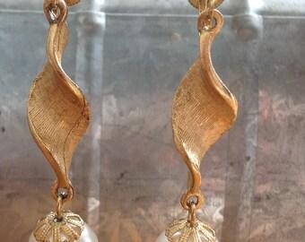 Beautiful twisted gold metal with pearl drop screw back earrings vintage