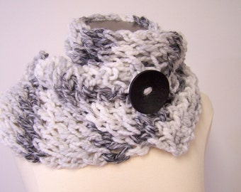 Chunky Knit Button Scarf in Shades of Gray,  Knit Button Scarf Grey Gray, Chunky Knit Short Scarf With Button, Big Knit Button Scarf Gray