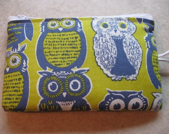 green padded makeup jewelry bag in blue owl print