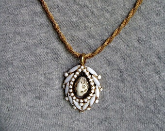 unusual Mesh Twisted Rope NECKLACE with White Faceted Milk Glass Goldtone PENDANT and Dangle
