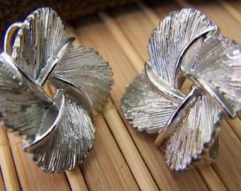 """Vintage 70's """"LISNER"""" SCREW BACK Earrings Silver Tone Satin Finish Pinwheel Flower Design"""