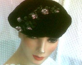 Hip MOD Vintage Hand Painted Dainty Flowers on Black Velvet Hippie Beret 22 in Band EUC