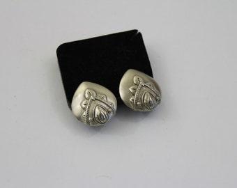 Vintage    Oscar de la Renta  earrings  clip on