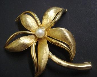 Wonderful VINTAGE BROOCH GOLDEN - Flower - Single Pearl Grace the Centar of the Flower = Gold Tone