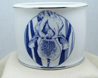 Iris Cachepot dresses up your plain flower pots