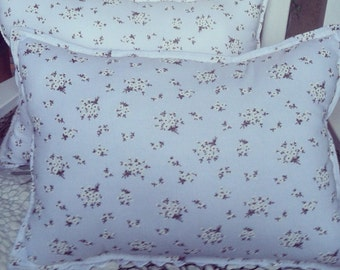 White fower bouquet eyelet pillows, shabby chic pillows,white flower pillows, shabby chic decor