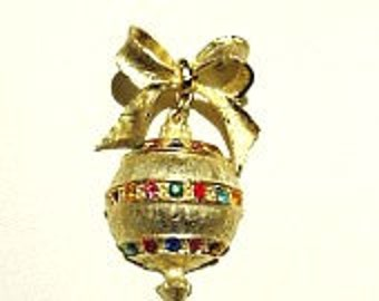 Wonderful vintage holiday Christmas ornament pin with rhinestones gold tones ///Free US shipping///