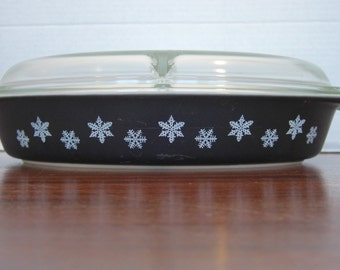 Pyrex Black Charcoal and White Atomic Snowflake Divided Casserole Dish With Divided Glass Lid