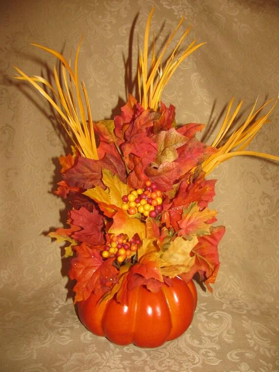 Citrouille composition florale avec des feuilles et de plumes - Composition florale automne ...