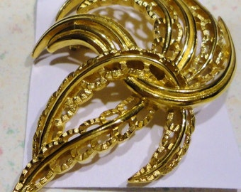 Vintage Gold Tone Trifari Brooch Costume Jewelry Lapel Pin Signed Spidery Design