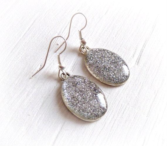 Orecchini in resina con glitter argento