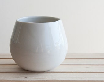 Ceramic bowl in white with glossy glaze. modern and urban look. Great for soups and desserts