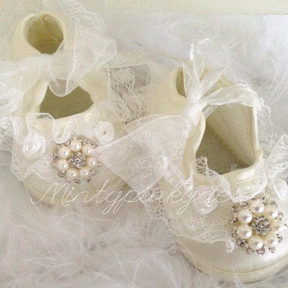 Product Description Super soft, ivory lambskin ballet shoe with a satin ribbon tie for baby girls.