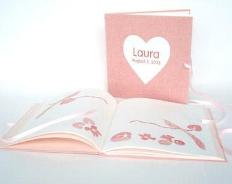 Roze babyboekje, blanco pagina's met knipkunst illustraties. Gastenboek voor kraamvisite of babyshower.