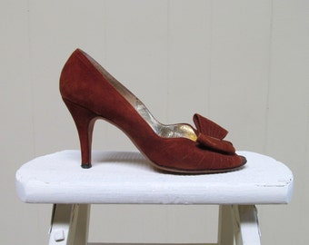 Vintage 1970s Shoes / 70s Rust Suede Peep Toe Pumps with Bow / 7 B USA
