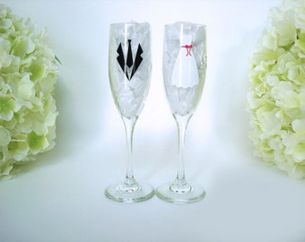 Wedding Toasting Flutes - Personalized Mr and Mrs Toasting Flutes - Champagne Glasses - Bride and Groom Glasses - Mr and Mrs Champagne