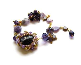 Amethyst and pearls bracelet / Gemstone bracelet / Amethyst charm bracelet / Amethyst bracelet with freshriver pearls / Purple gem bracelet