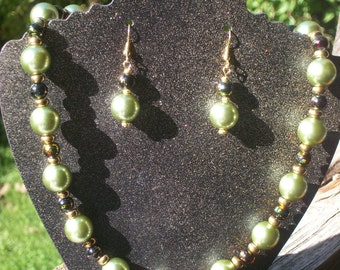 """19"""" Green, Black and Gold Pearl Necklace and Earring Set"""