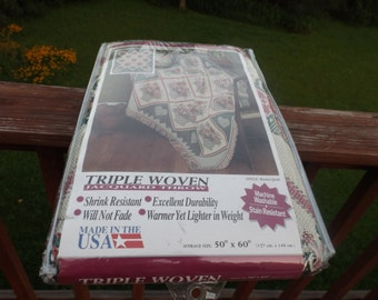 Sale Triple woven jacquard Throw, vintage new, Shrink Resistant, Excellent durability.New Old stock, made in USA.Stile: Basket Quilt.Gift