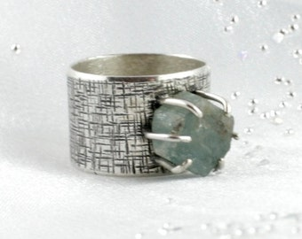 Raw aquamarine crystal ring. Sterling silver ring. Cocktail ring. SIZE 9,5. Anneau. Fingerring.
