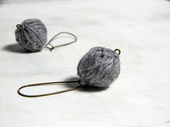Dangle earrings. Round pendant earrings. Tweed light grey