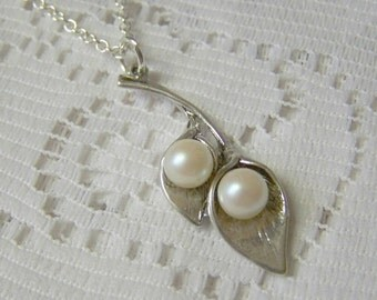 Calla Lily Pearl Pendant, Silver Lilies Necklace, Sterling Silver plated, Wedding Pendant, Bridesmaids Gift, Pearl Necklace, Bridal Necklace