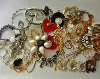 Fab MIXED JOB Lot broken vtg Jewellery for spares, repairs deco  60s 70s bright mix  to create and assemble -45pcs for job -Art.625--