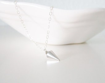 Mini spike necklace in sterling silver, delicate modern jewelry