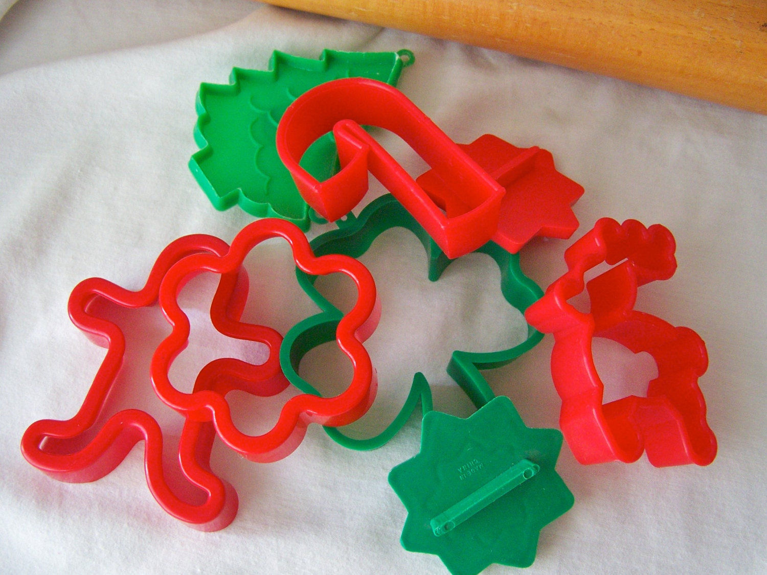 Vintage cookie cutter set red and green plastic by cynthiasattic