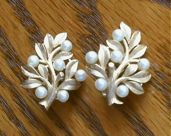Earrings Pearl and Gold Crown Trifari Ivory with Gold Foliage Vintage Jewelry