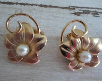 Retro Mid Century Kitsch Goldtone Floral and Faux Pearl Earrings Jewelry