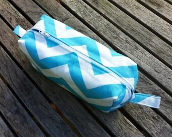 Caja de lápiz de Chevron, neceser azul Aqua y blanco escuela bolsa de lápiz, bolsa cosmética Travel