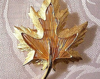 Maple Leaf Ribbed Pin Brooch Gold Tone Vintage Capri Large Wired Brushed Scalloped Edges Raised Layered Curved Stem