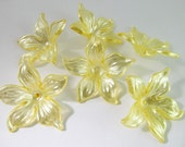 12 Vintage 30mm Yellow Acrylic Flower Beads Bd864