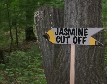 WOODEN SIGN with STAKE, Directional Arrow Sign, Personalized Sign, Hand Painted Sign, Custom Wood Sign with Stake, Arrow