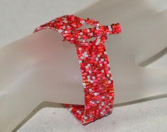 Rosy ... Peyote Bracelet . Shades of Red . Cherry . Red and Gray Bracelet . Narrow Bracelet . Shiny . Simple . Modern . Elegant . Chic