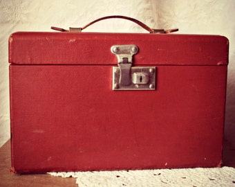 Sweet 1950 Vintage Rusty Red Travel Case with Leather Handle