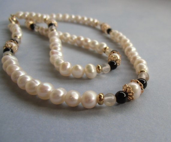 Pearl, onyx, and quartz continuous necklace. 48 cm 19'' in long.