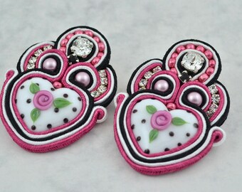 Black, white and fuchsia soutache earrings with lampwork glass cabochon.