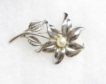 Stunning silver tone vintage flower pin brooch w/faux pearl center