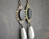 Renaissance Tudor reproduction earrings - Drop glass pearls and faceted black onyx - Hand assembled
