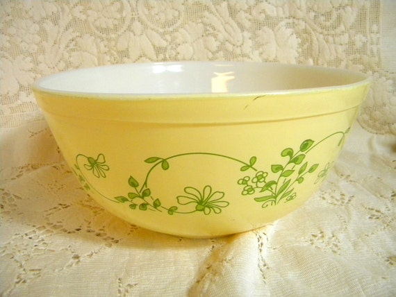 Pyrex Shenandoah mixing bowl in yellow and green large size