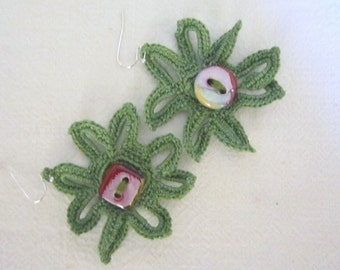Flower crochet earrings in green with porcelain buttons